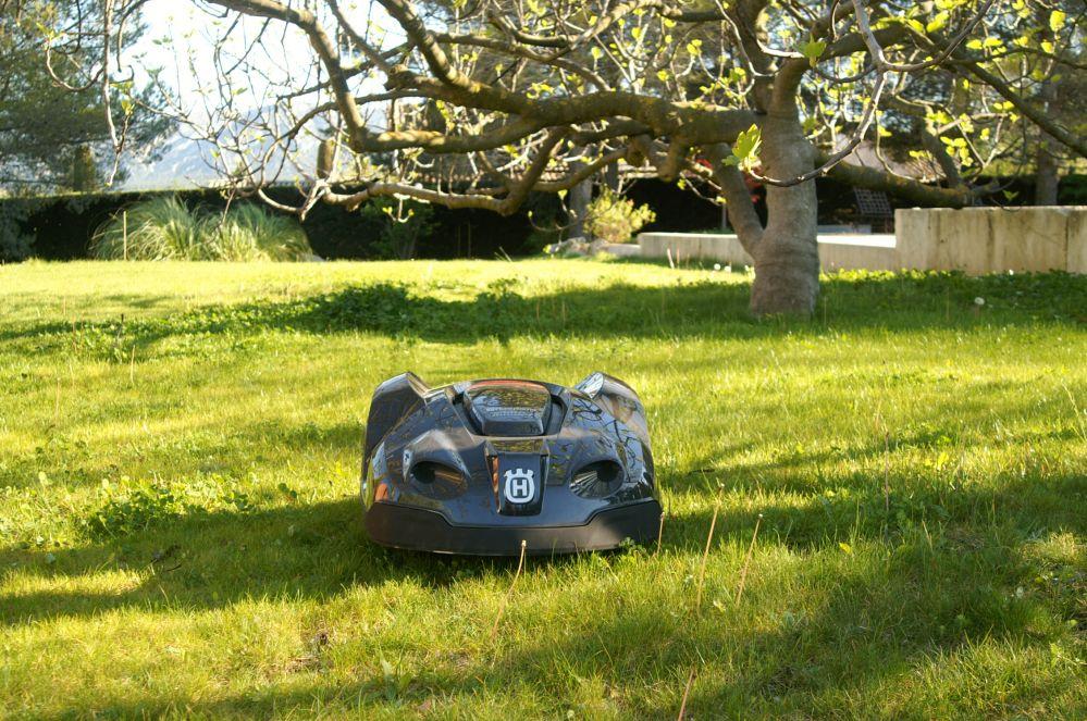 Robot de tonte de pelouse saint r my de provence m randal for Entretien jardin st remy de provence